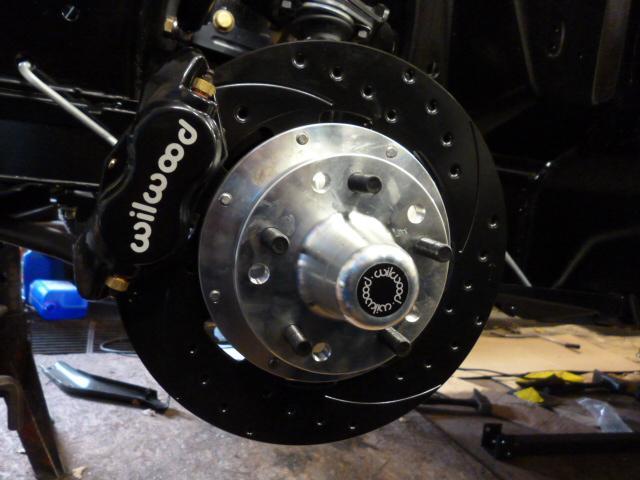 Pose de freins a disques sur une  Ford mustang au garage Massé Automobiles au Landreau
